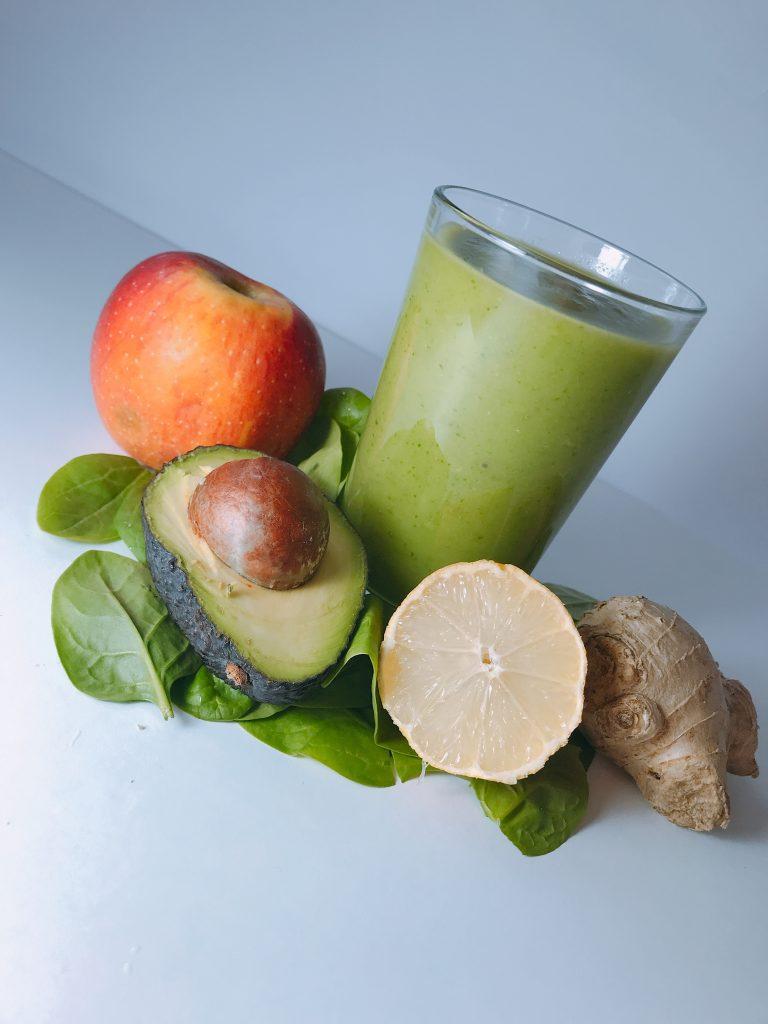 smoothie hrănitor cu avocado, spanac, măr și ghimbir