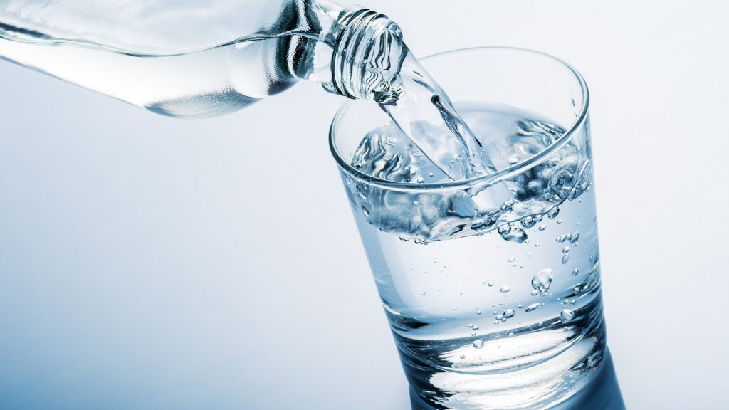 bea apă pentru a scăpa de kilograme